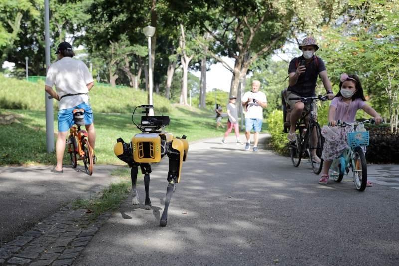 Spot: Το ρομπότ-σκύλος κόβει βόλτες στη Σιγκαπούρη και υπενθυμίζει να κρατούνται οι αποστάσεις