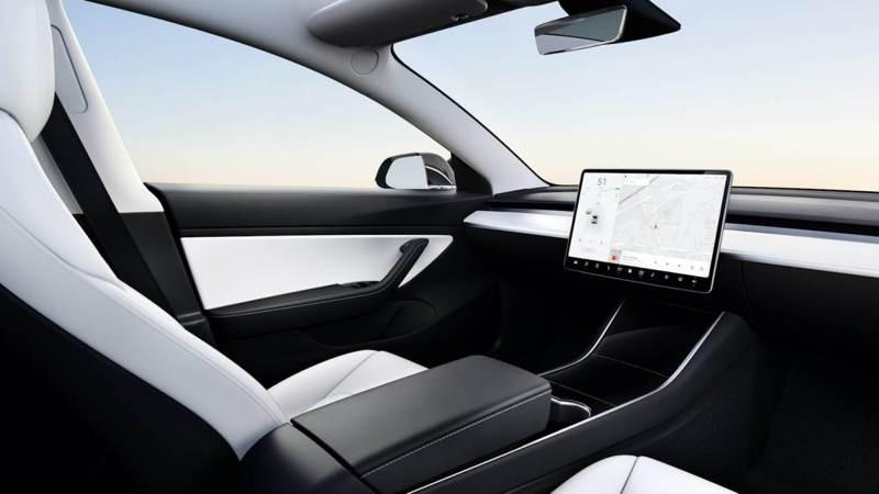 Elon Musk: Η Tesla είναι κοντά στην τεχνολογία για αυτόνομα οχήματα χωρίς τιμόνι και πεντάλ