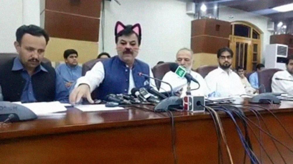 Φίλτρο γάτας στο πρόσωπο Υπουργού του Πακιστάν σε ζωντανή μετάδοση στο Facebook...