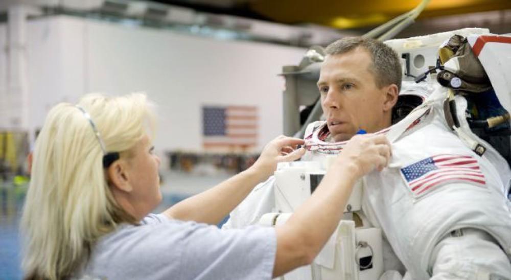 Δείτε πόσο δύσκολο είναι να ξαναπερπατήσει ένας αστροναύτης μετά από 200 ημέρες στο Διάστημα