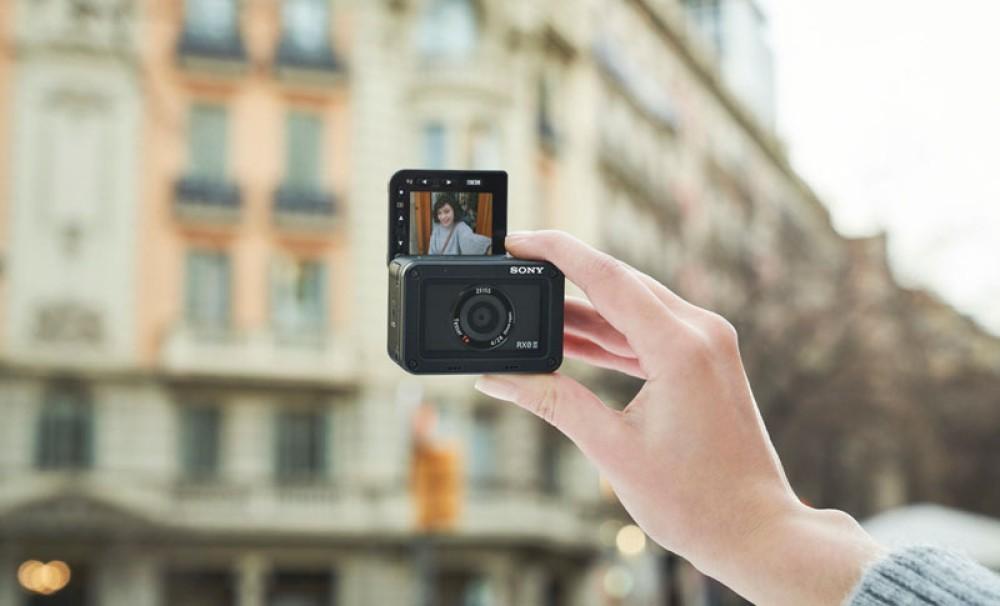 Sony RX0 II: Μια compact action κάμερα που προσφέρει 4K video, περιστρεφόμενη οθόνη και Eye AF