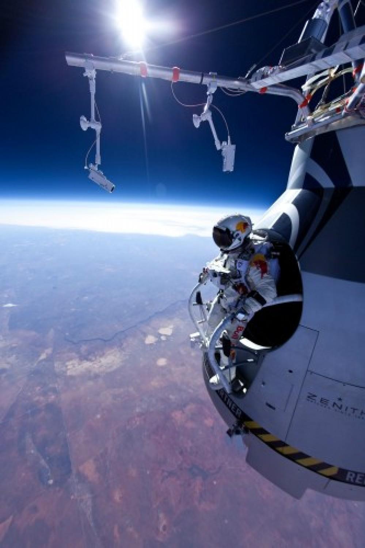 Red Bull Stratos: Ολοκληρώθηκε με επιτυχία η αποστολή ελεύθερης πτώσης από το διάστημα [Video]