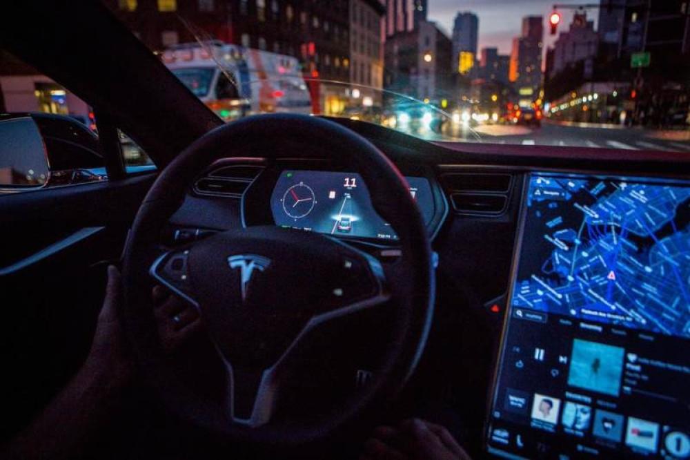 Τα οχήματα της Tesla θα σταματούν αυτόματα σε κόκκινα φανάρια και STOP [Video]