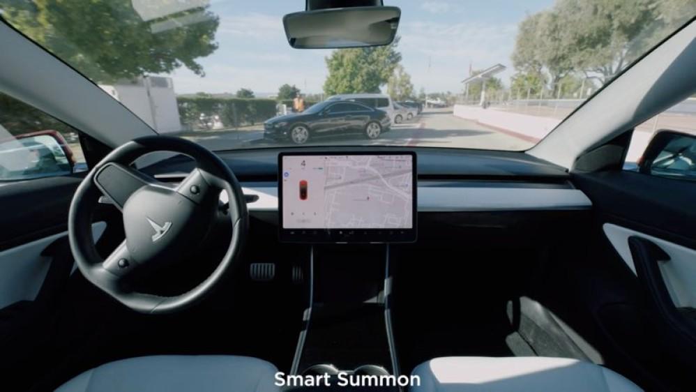 Στο μέλλον τα οχήματα της Tesla ίσως θα σε αφήνουν κάπου και μετά θα βρίσκουν πάρκινγκ μόνα τους!