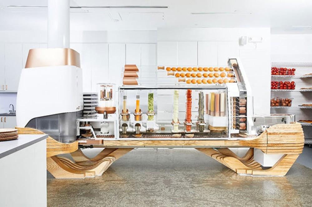 Αυτό το εστιατόριο φτιάχνει burgers αποκλειστικά με ρομπότ