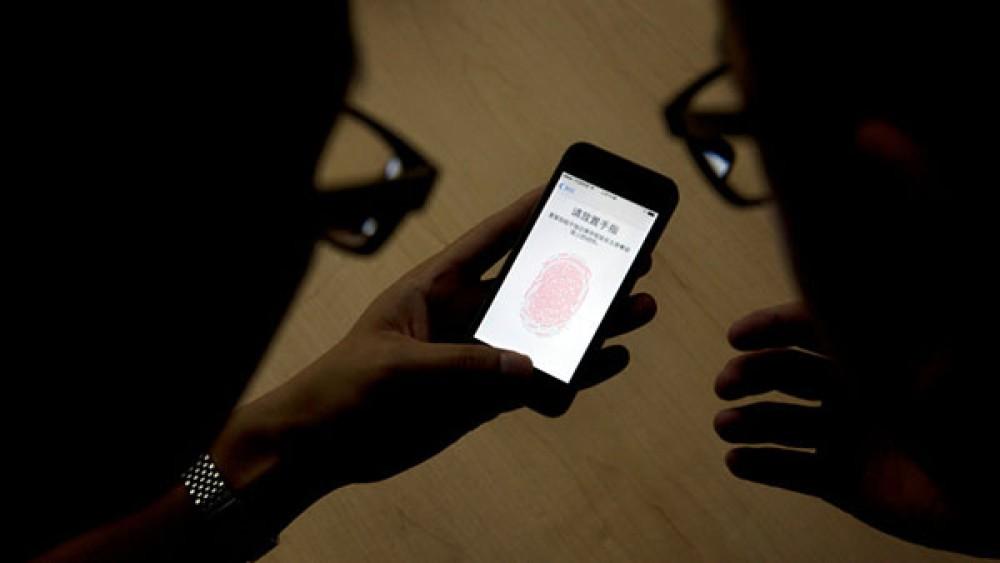 Ντέντεκτιβ εισβάλουν σε γραφείο τελετών για να ξεκλειδώσουν smartphone με το δακτυλικό αποτύπωμα του χρήστη