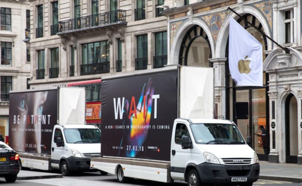 Huawei P20 / P20 Pro: Διαφημίζονται με τεράστια banners και graffiti έξω από τα καταστήματα των Apple και Samsung