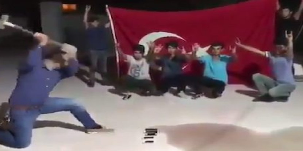 Μπουνταλάδες Τούρκοι σπάνε τα iPhone τους [Videos]