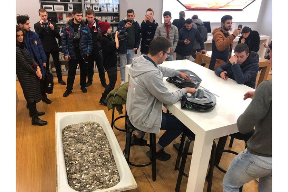 Θεούλης στη Ρωσία αγόρασε ένα iPhone XS 256GB με μια....μπανιέρα γεμάτη κέρματα!