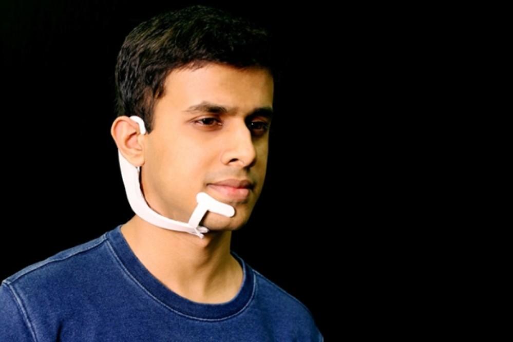 """Φορετή συσκευή του MIT """"ακούει"""" τις λέξεις που λέει ο χρήστης από μέσα του [Video]"""