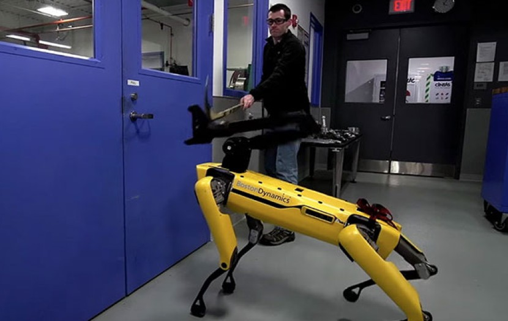 SpotMini: Το ρομπότ-σκύλος αντιδρά δυναμικά στον ενοχλητικό άνθρωπο και ανοίγει κανονικά την πόρτα... [Video]