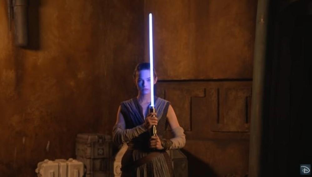 Αυτό είναι το εντυπωσιακό πτυσσόμενο φωτόσπαθο της Disney!