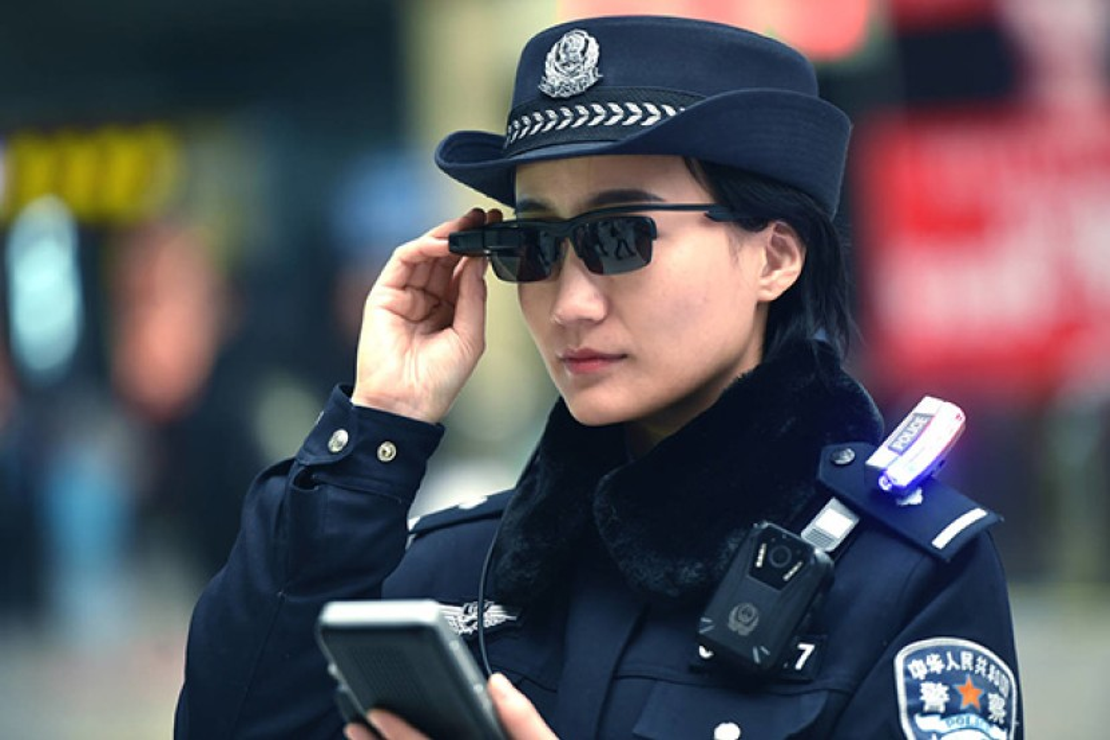Η αστυνομία στην Κίνα χρησιμοποιεί γυαλιά με τεχνολογία αναγνώρισης προσώπου για να εντοπίζει εγκληματίες