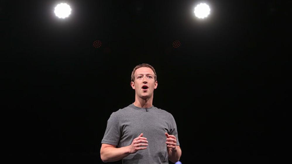 Facebook: Ο κόσμος μοιράζεται ολοένα και λιγότερο προσωπικά status updates
