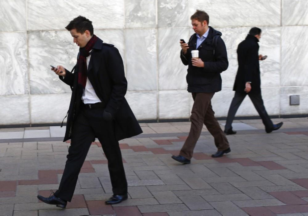 """Ειδικά φανάρια κυκλοφορίας για πεζούς που """"χαζεύουν"""" στο smartphone τους"""