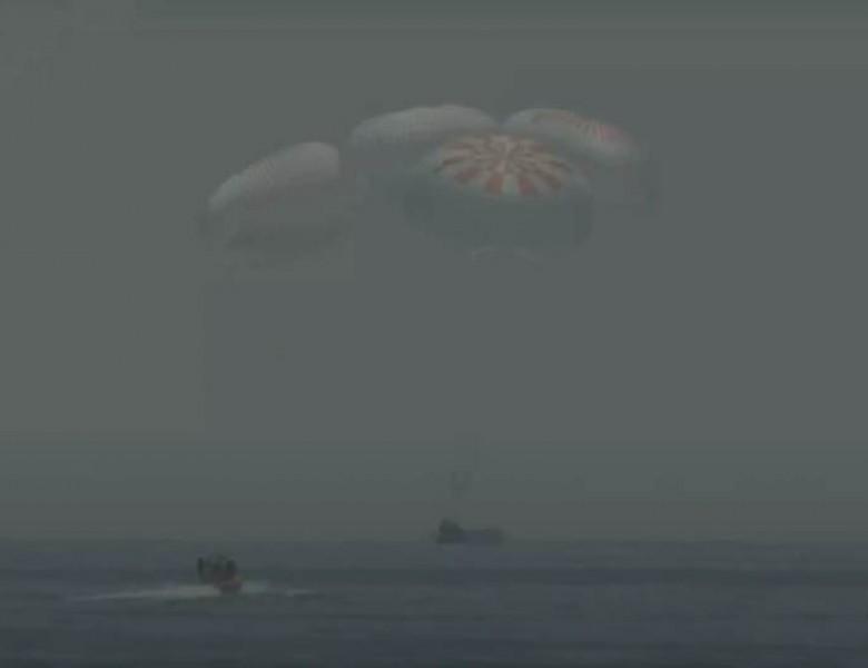 Απόλυτη επιτυχία: Επέστρεψε με ασφάλεια το επανδρωμένο Crew Dragon της SpaceX!